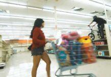 Vídeo: Montando en bicicleta BMX dentro de un supermercado