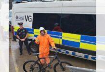 La-policia-le-encontro-de-noche-con-una-bici-de-ninos-y-ocurrio-esto