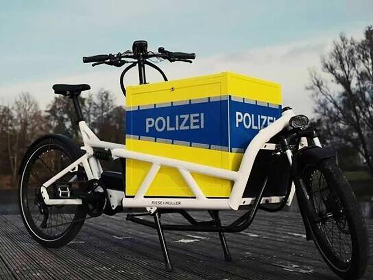 Policias-en-bicicletas-de-carga-electricas-hannover-cargo-bike
