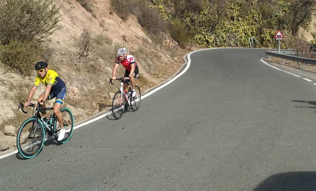 Querido-ciclista-no-puedes-ir-grabandote-con-el-movil-por-la-carretera