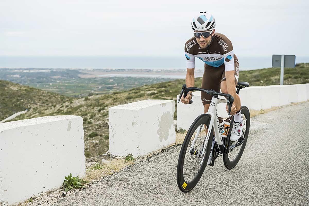Un-conductor-llega-a-las-manos-con-el-ciclista-profesional-del-AG2R-Andrea-Vendrame