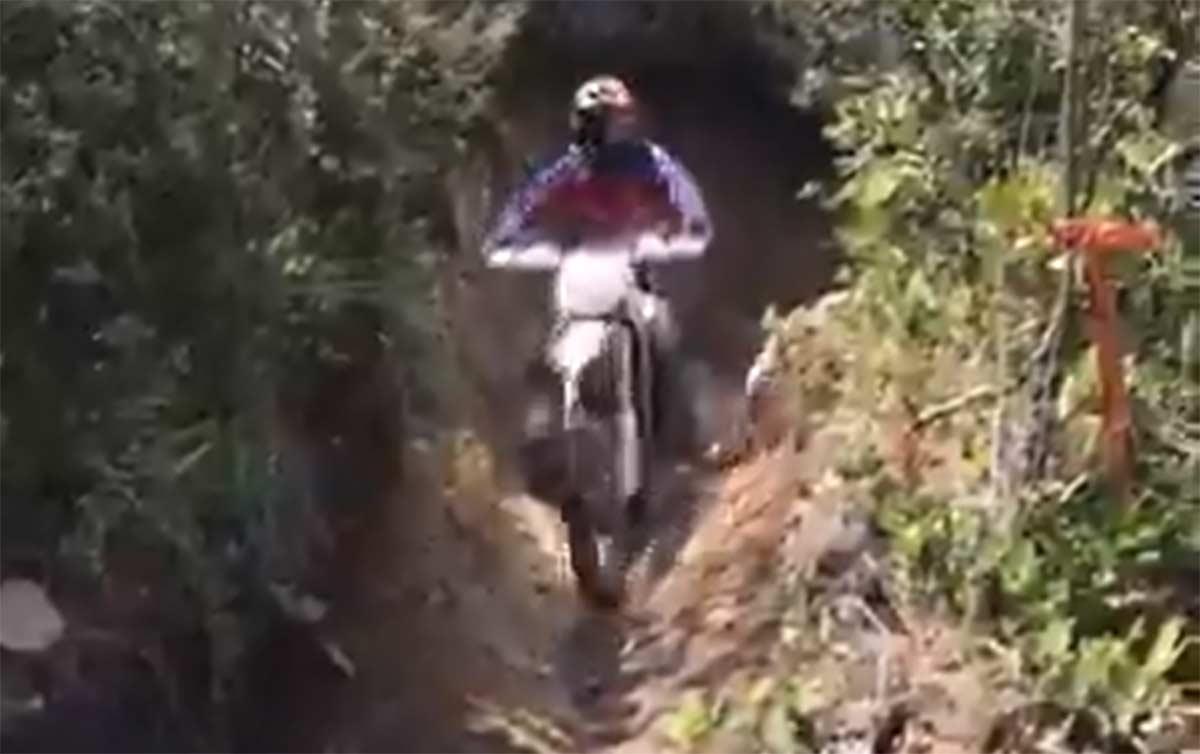 Video-Accidente-entre-una-moto-de-campo-y-un-ciclista-en-un-sendero