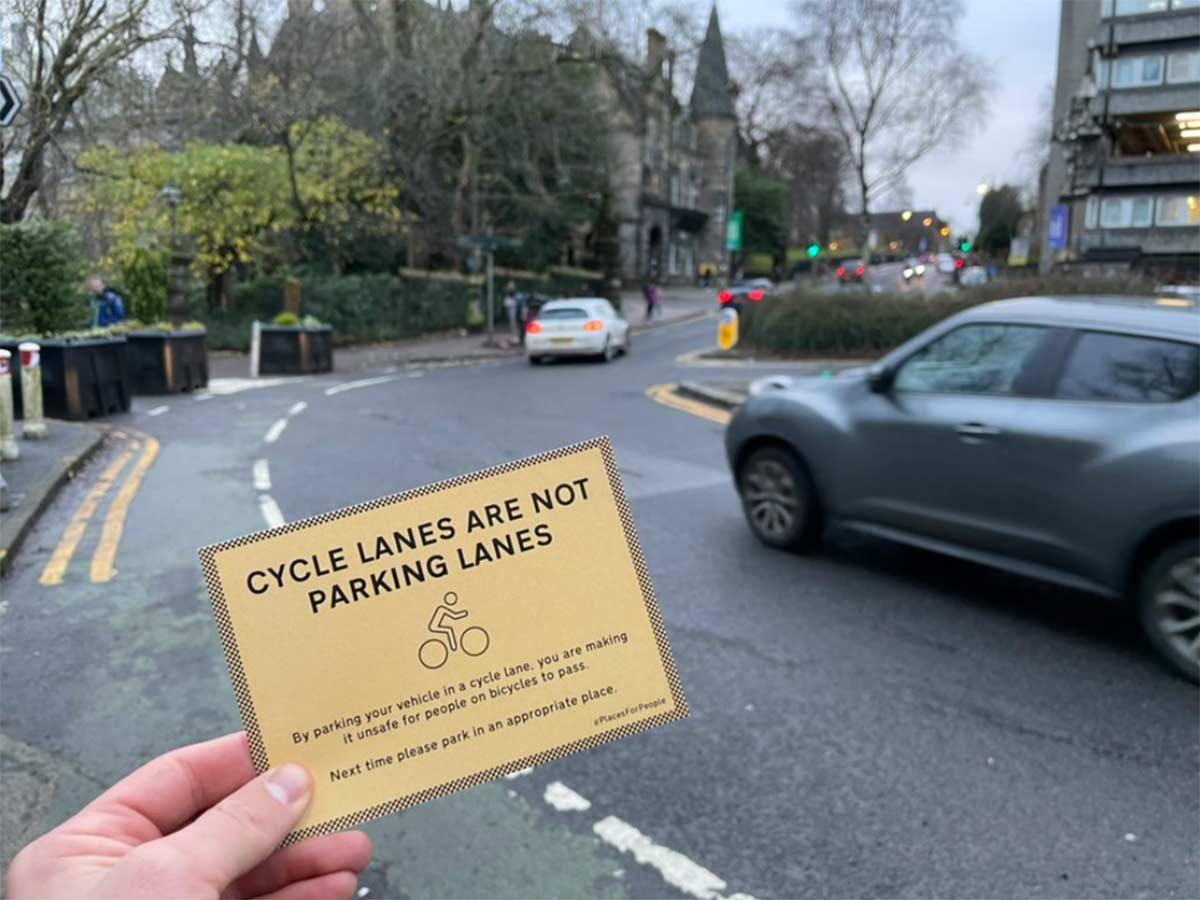 Video-Ciclista-multa-a-conductores-que-aparcan-el-coche-sobre-el-carril-bici-frente-a-los-colegios