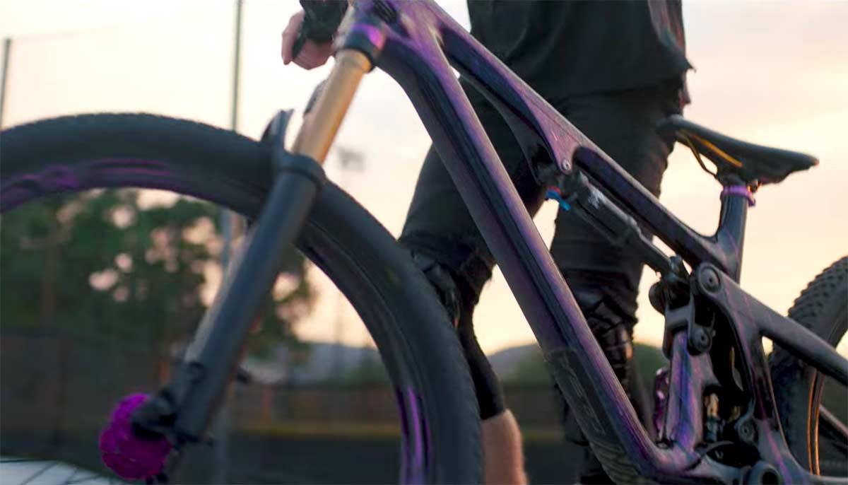 Video-Dirt-Jump-con-una-bicicleta-de-montana-de-Trail-yeti-sb140