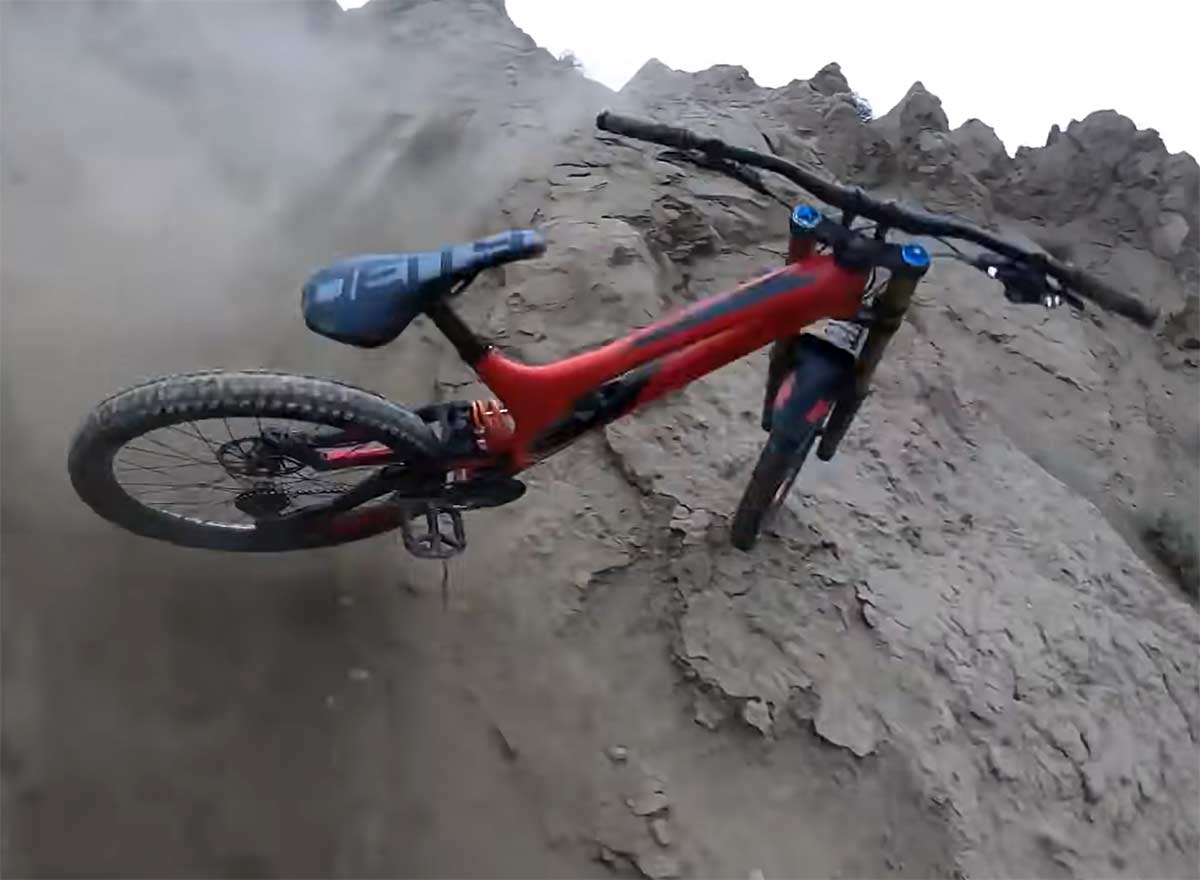 Vídeo: ¿Dónde está el ciclista? Nadie quiere caerse de la bicicleta, pero...