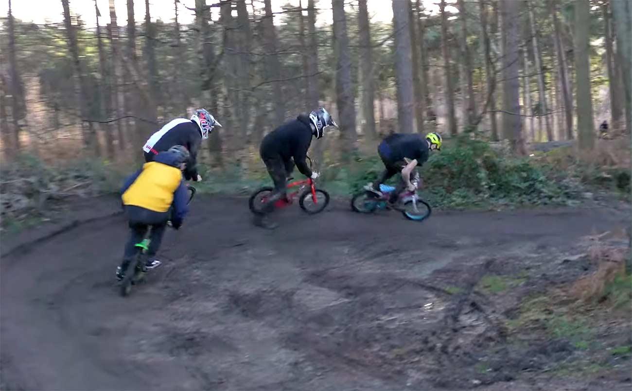Video-Locura-sobre-mini-bicicletas-sobre-el-barro