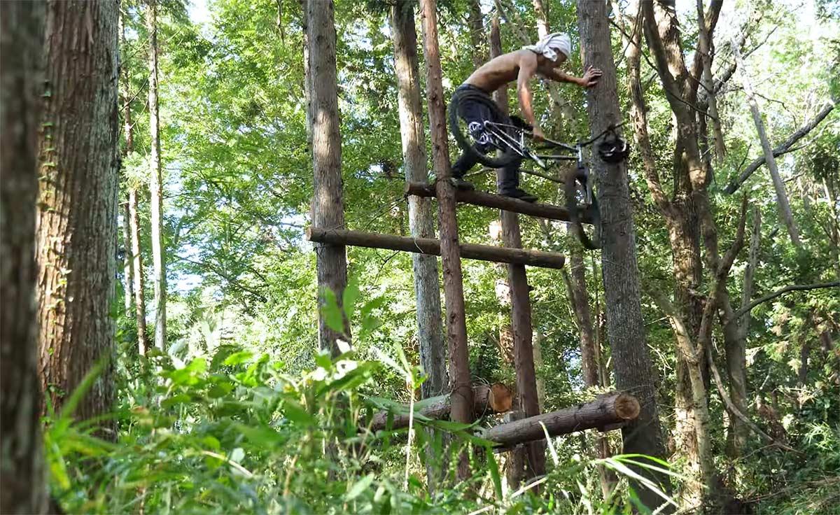 Vídeo: ¿Qué harías en una isla desierta solo con tu bicicleta? Tomomi Nishikubo nos lo explica