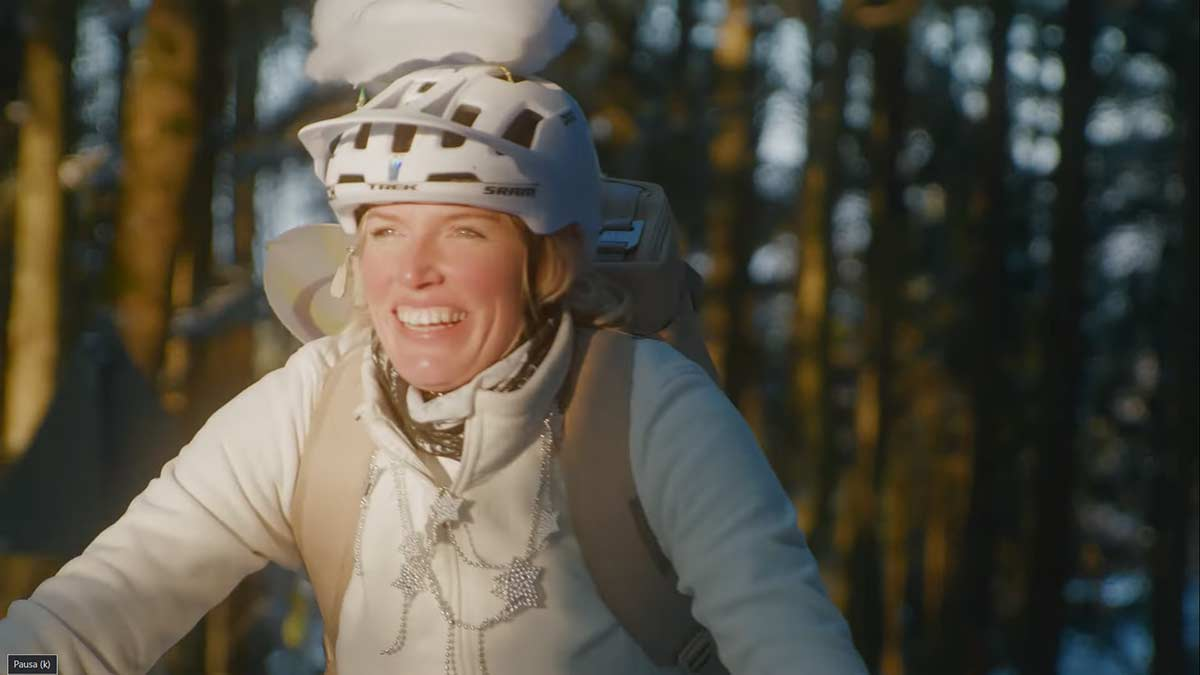 Video-Repartiendo-regalos-de-Navidad-en-bicicleta-electrica-con-Kathi-Kuypers