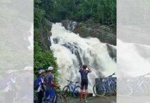 Vídeo: Se queda sin bicicleta por hacerse una foto en una cascada