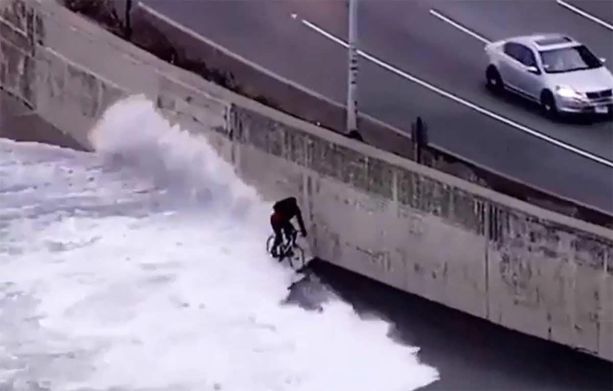 Vídeo: Un ciclista es engullido por las olas del mar