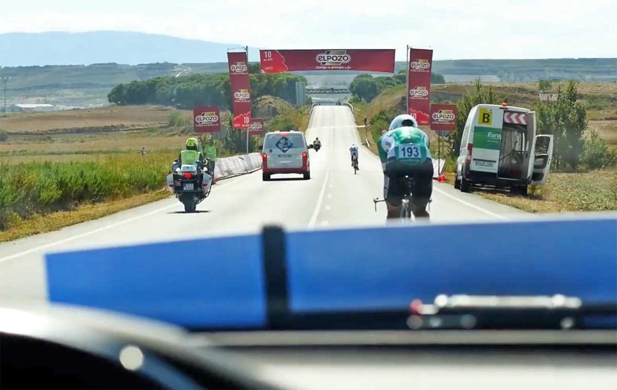 El-rebufo-tambien-ayuda-cuando-van-detras-tuya-montando-en-bicicleta-uci-viento-coches-azules-ciclismo