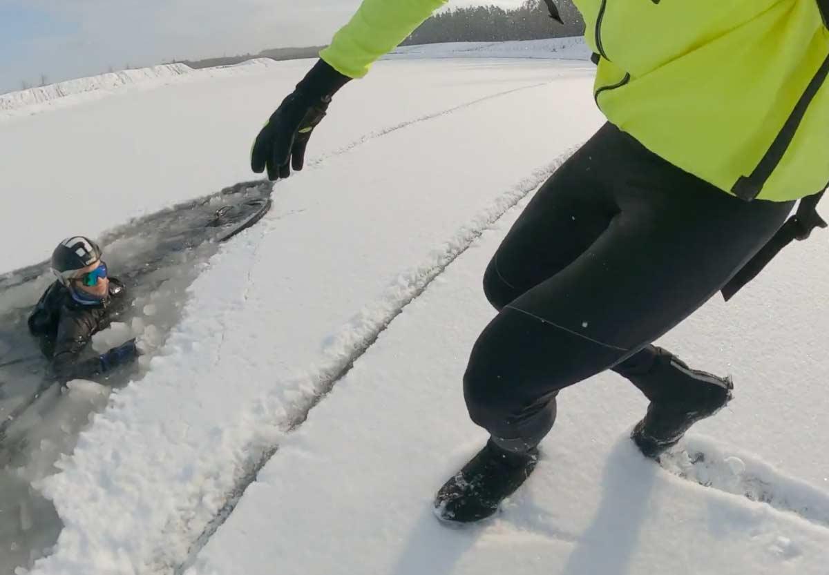 Video-Cae-dentro-de-un-lago-helado-con-su-bicicleta-Gravel_2