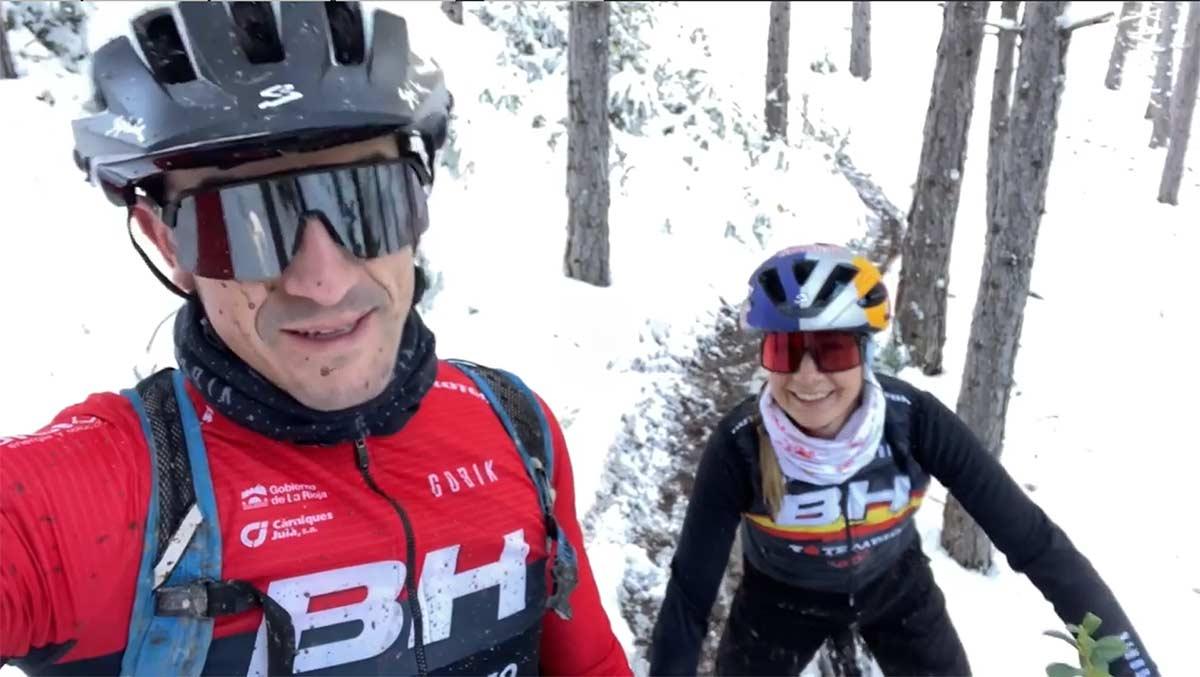 Video-Carlos-Coloma-y-Rocio-del-Alba-en-bicicleta-electrica-sobre-nieve