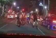 """Vídeo: """"¡Eh, No bloquees la carretera!"""". Un conductor en un semáforo a un grupo de ciclistas"""