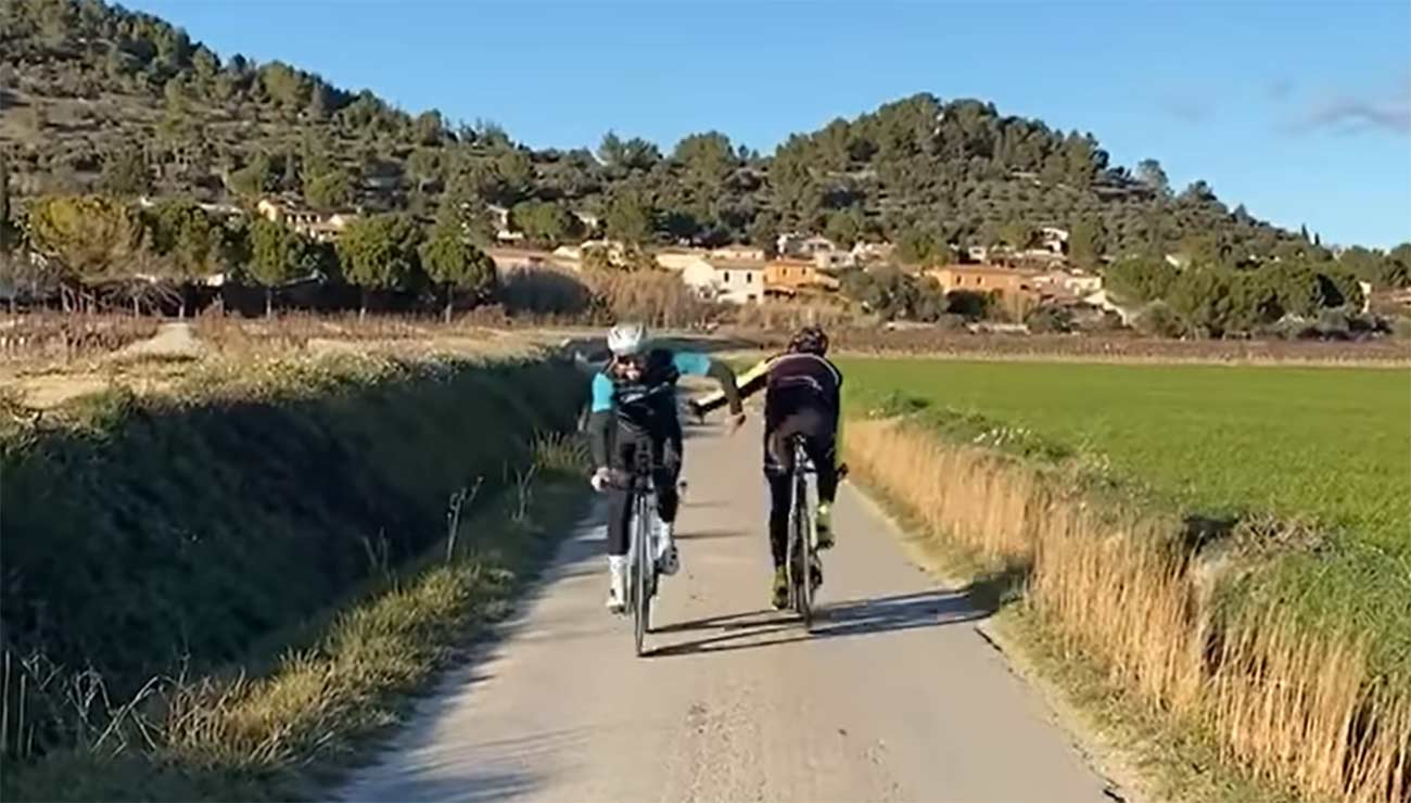 Vídeo: Los diferentes saludos ciclistas. ¿Cómo se saludan entre ellos?