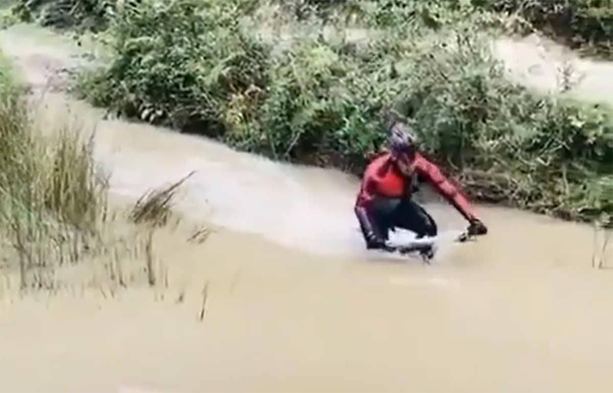 Video-Me-llegaba-el-agua-hasta-el-manillar-de-la-bicicleta