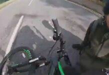 Vídeo: ¿Porqué no hay que llevar auriculares en bici? Una moto embiste a un despistado ciclista