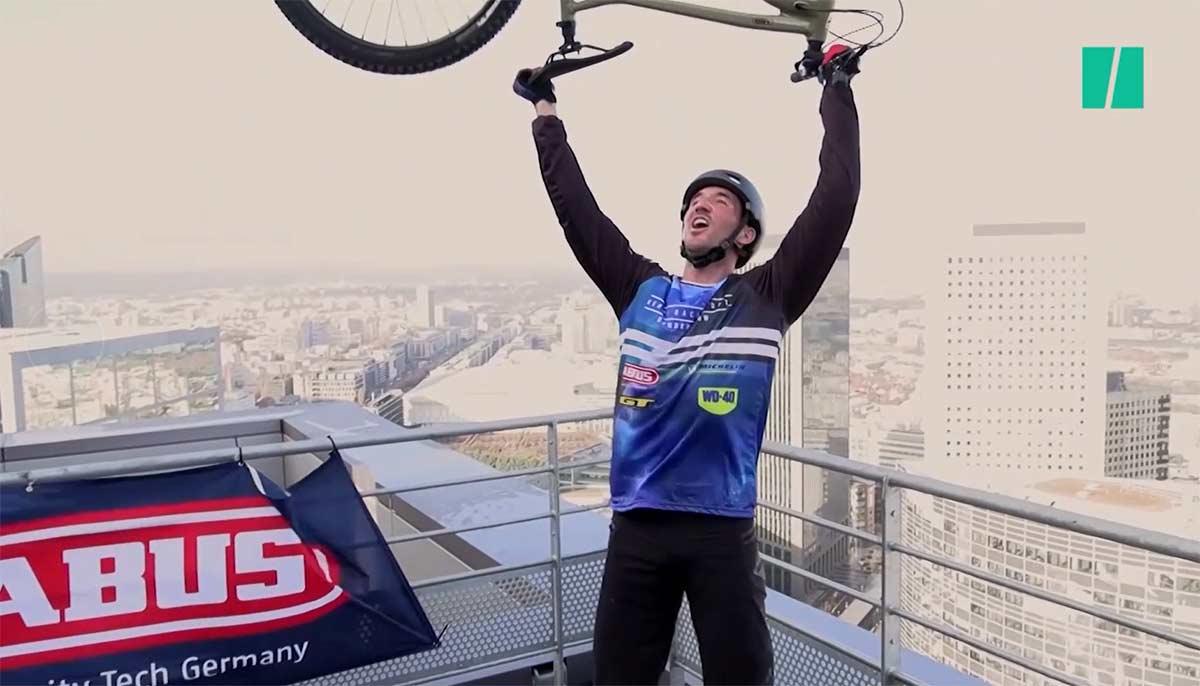Vídeo: Subir 768 escalones en bici de un edificio de 33 pisos y 140 metros de altura