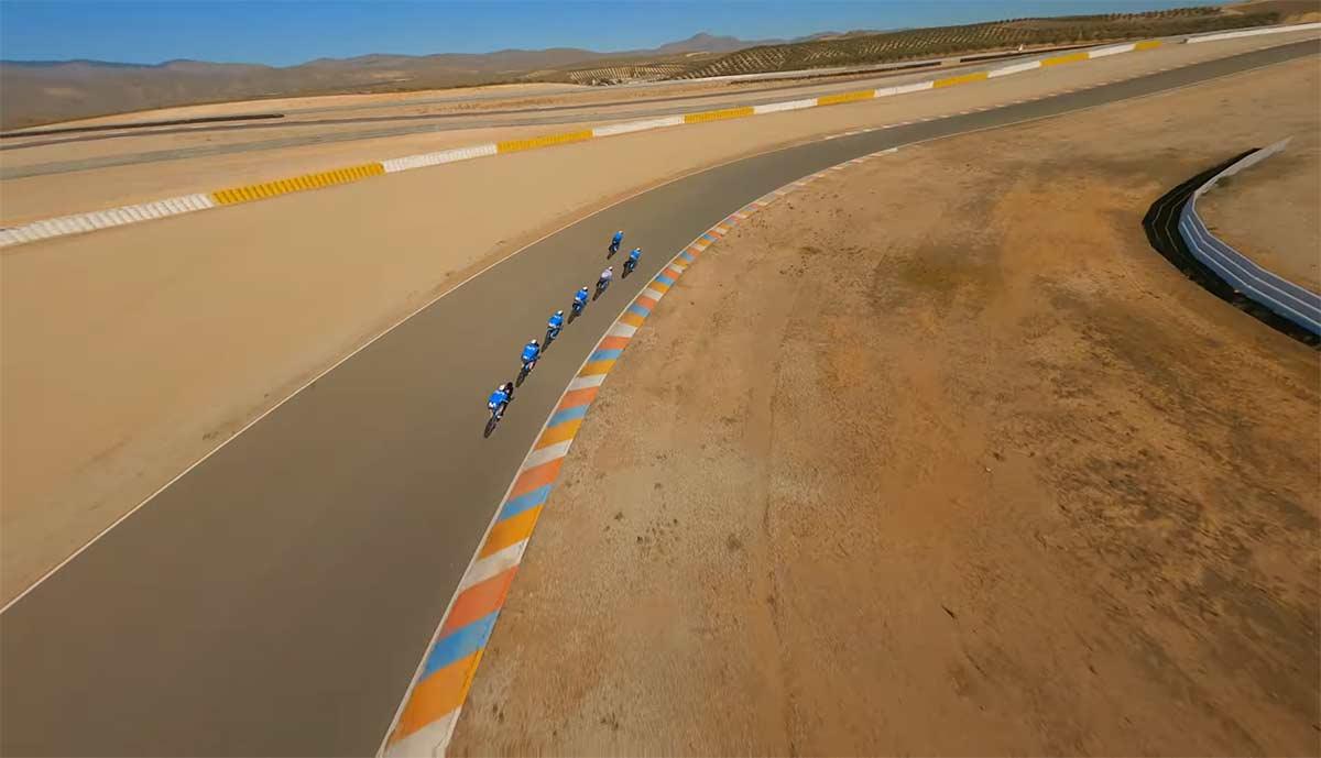 Video-Un-drone-siguiendo-al-equipo-Movistar-Team