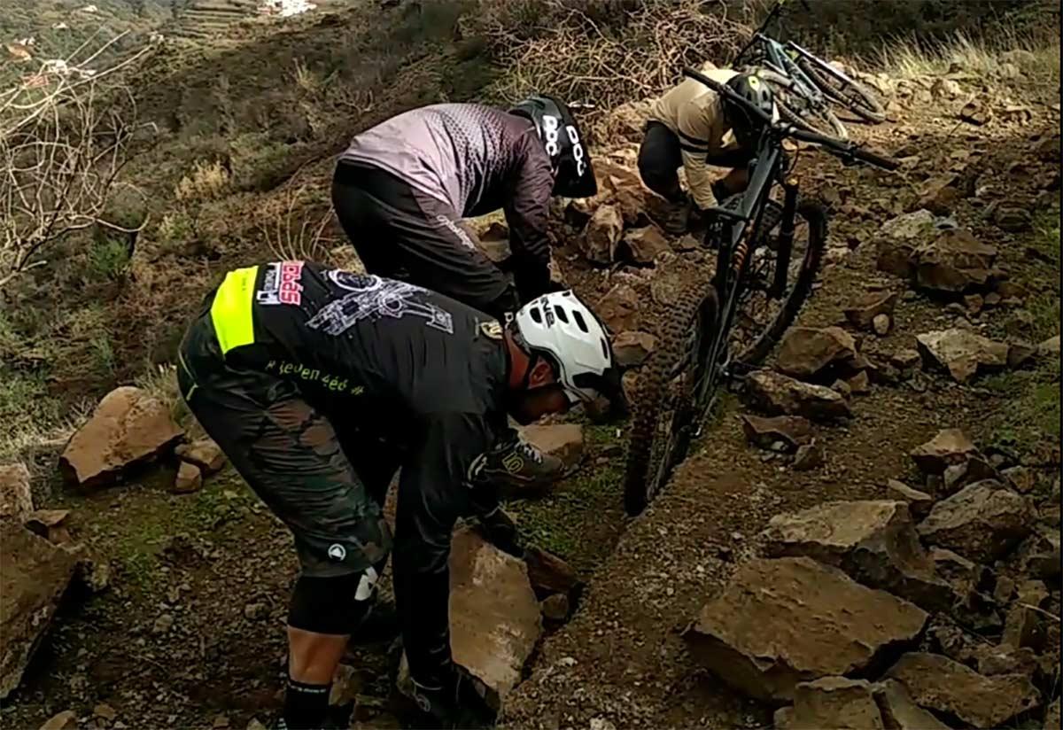 ciclistas-limpiando-un-deprendimieno-de-rocas-en-un-camino-Inteligencia-artificial-nacional-para-detectar-trampas-y-obstaculos-en-caminos-y-carreteras