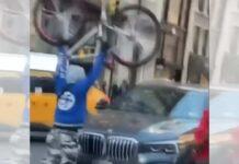 video-Destrozan-un-coche-golpeando-y-lanzando-sus-bicicletas-contra-el-en-Nueva-York