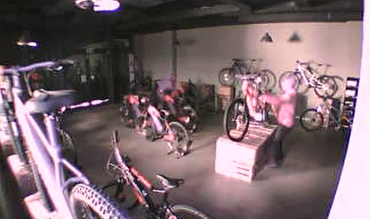 Biobike-difunde-imagenes-del-robo-de-su-tienda-y-pide-colaboracion-para-encontrar-las-14-bicicletas-electricas-camara-seguridad
