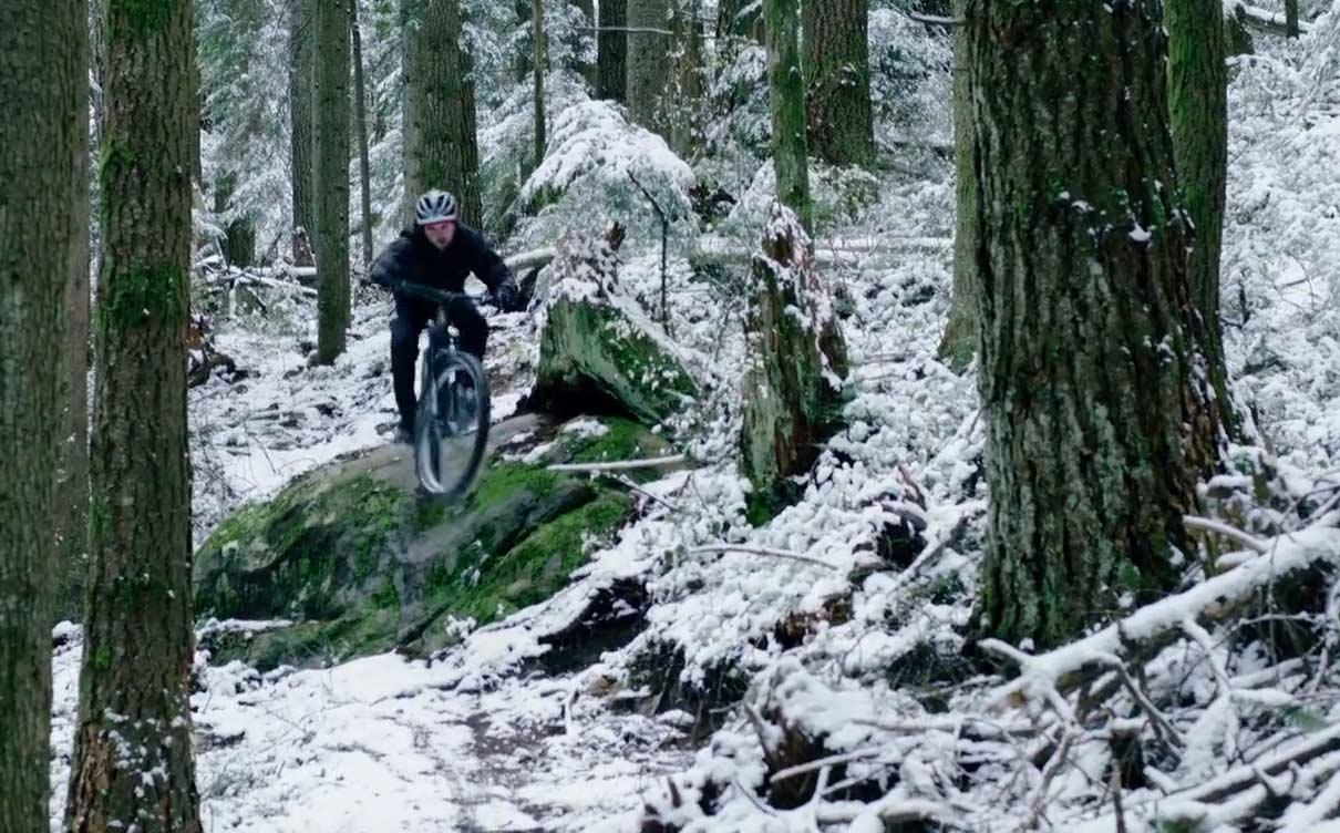 En-bicicleta-electrica-por-la-nieve-del-North-Shore-canadiense-kona