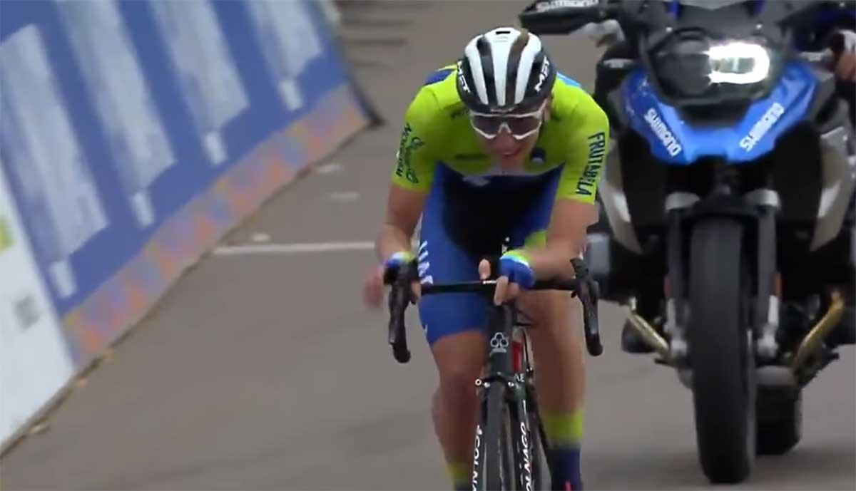 La UCI prohíbe soltar las manos del manillar para pedalear en la bicicleta de forma