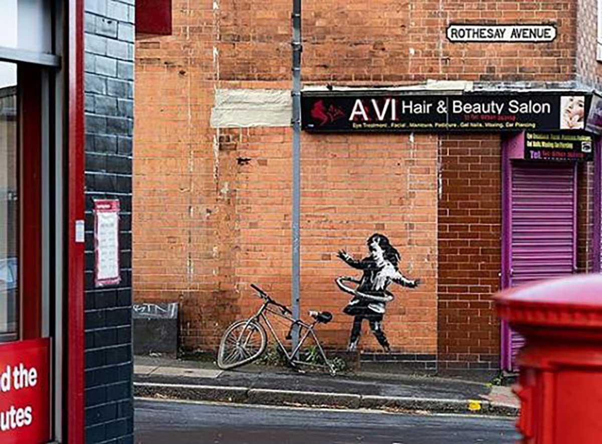 La famosa bicicleta de Banksy y la niña no fue robada sino vendida hula hoop londres