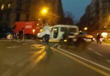 Video-GTA-en-Barcelona-Abandona-una-furgoneta-en-pleno-carril-bici-sale-corriedo-puerta-bierta-motor-en-marcha