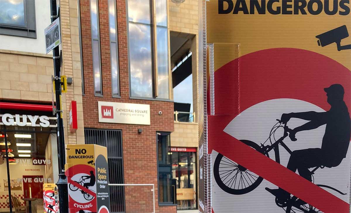 Decenas-de-carteles-con-el-lema-Los-ciclistas-son-peligrosos