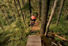 Impresionantes-imagenes-de-un-drone-siguiendo-a-un-ciclista-de-montana-en-un-vertiginoso-descenso-perspective-flow