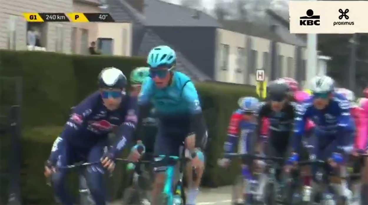 Vídeo: El Tour de Flandes expulsa a dos ciclistas por pelearse en cabeza del pelotón
