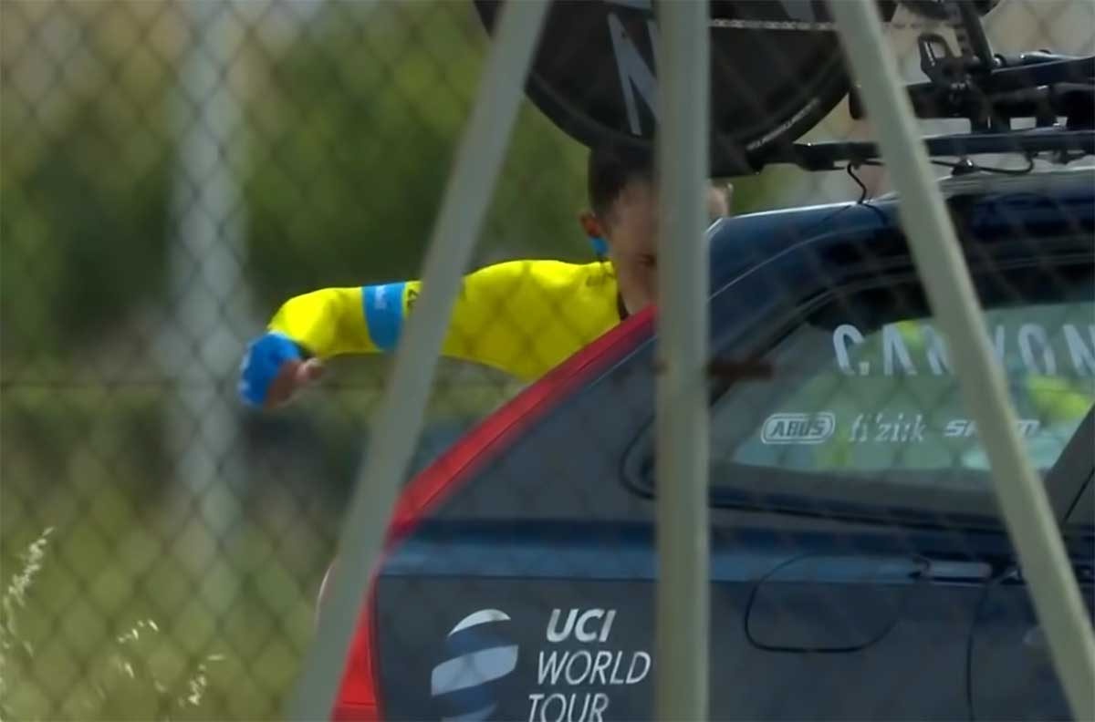 Video-Enric-Mas-se-lia-a-golpes-con-el-coche-de-equipo-tras-perder-la-Volta-a-la-Comunitat-Valenciana