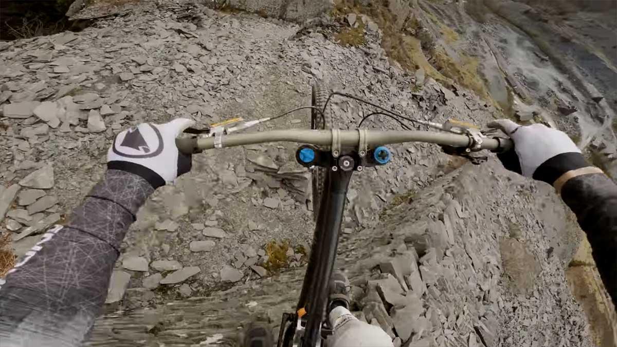 Vídeo: La espectacular bajada de Gee Atherton en una mina abandonada