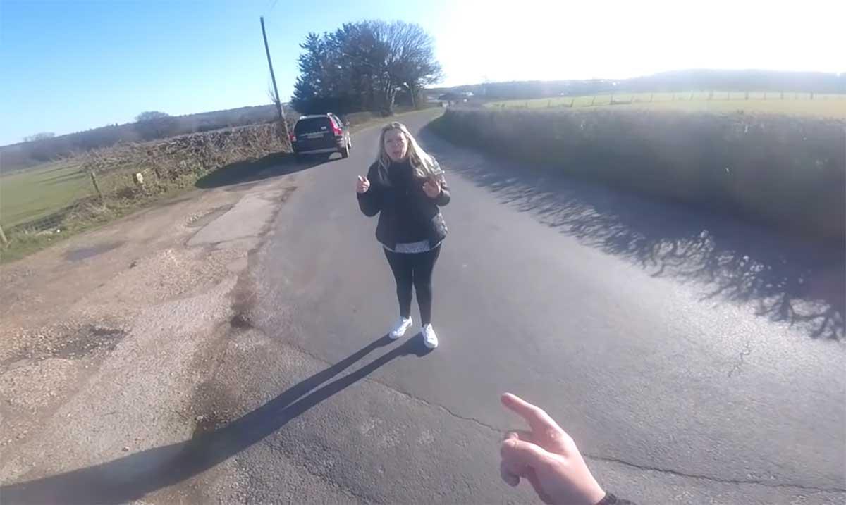 Video-surrealista-Una-conductora-llama-a-la-policia-porque-un-ciclista-no-le-dejaba-pasar