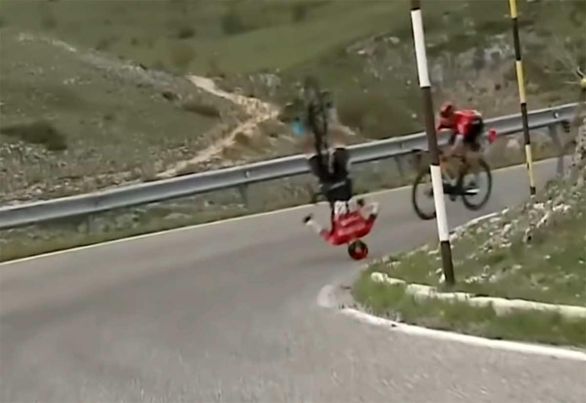 ¿Cómo es posible salir ileso de esta brutal caída en el Giro de Italia?