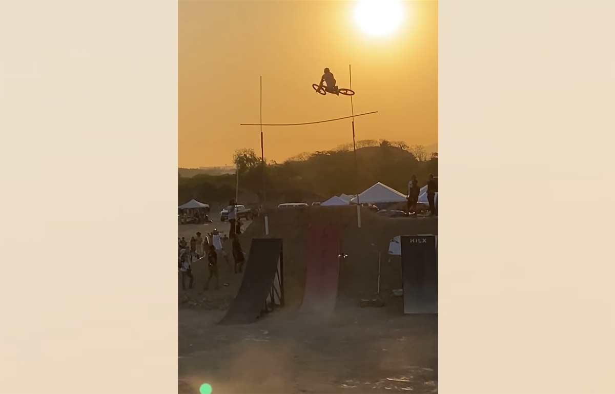 Video-1219-metros-nuevo-record-el-mundo-de-salto-de-altura-en-bicicleta-de-montana