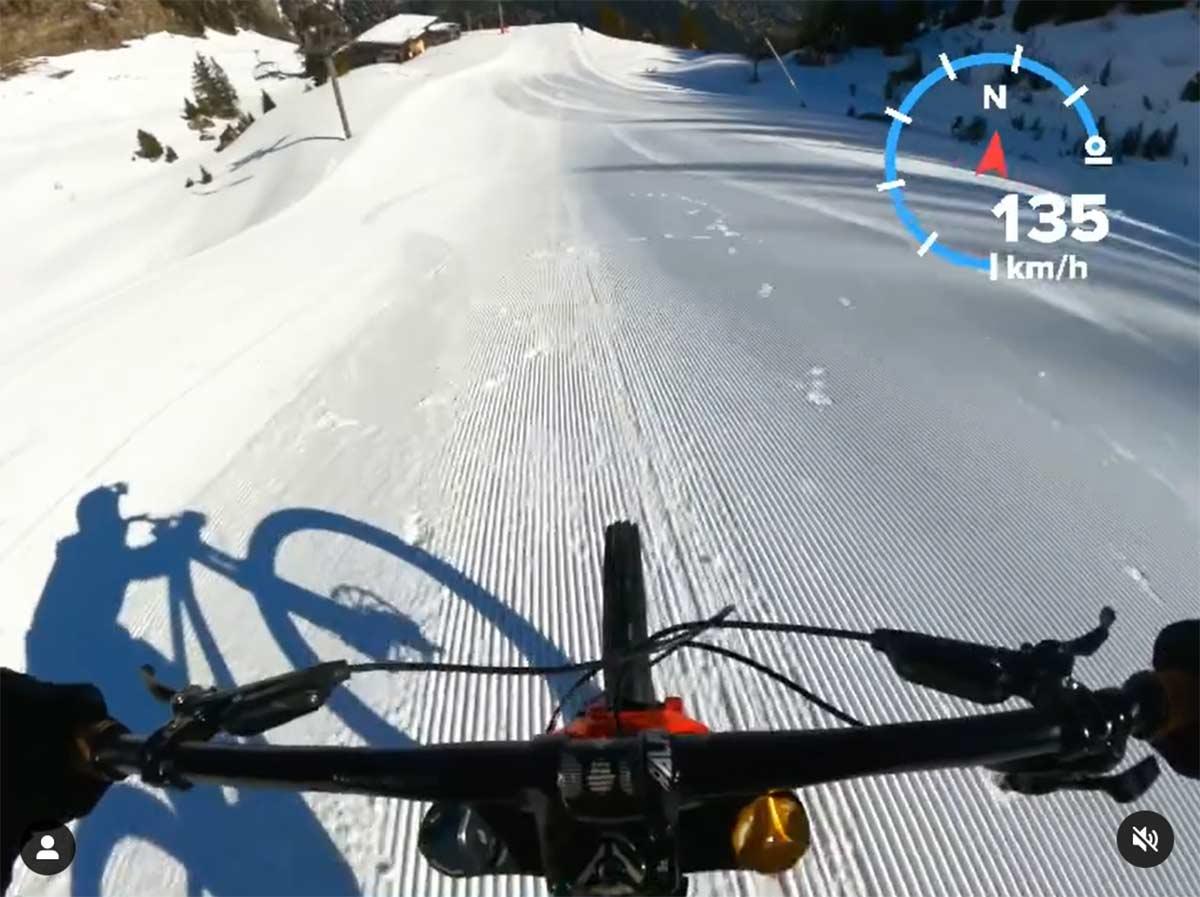 Video-A-135-km-hora-en-bicicleta-de-montana-por-una-pista-de-esqui