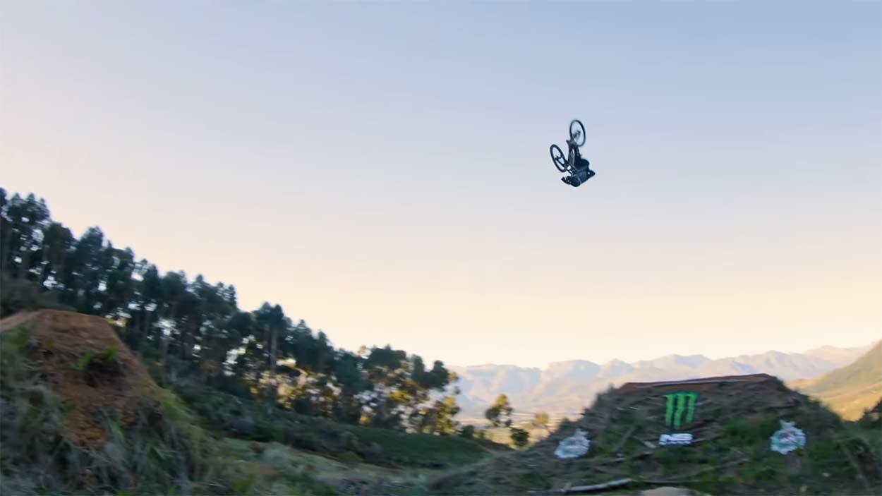 Video-Bienvenido-Aguado-bate-un-nuevo-record-con-30-metros-de-frontflip-en-bicicleta-darkfest-salto
