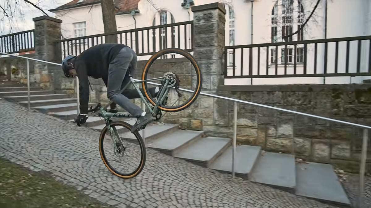 Vídeo: Súbete a la Gravel Bike de este ciclista, si te atreves...