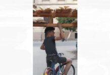 Video-Un-autentico-kamikaze-repartiendo-pan-en-bicicleta