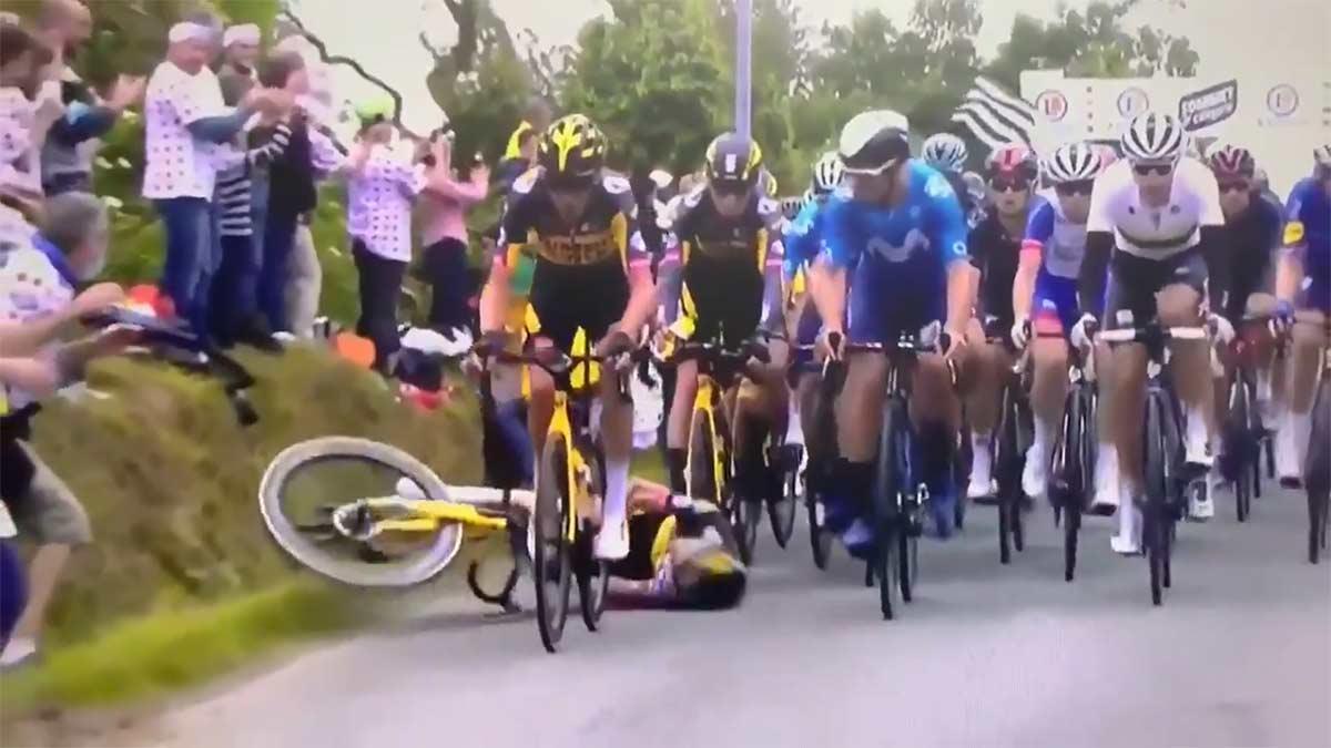 En busca y captura la mujer que tiró a los ciclista del Tour de Francia con un cartel