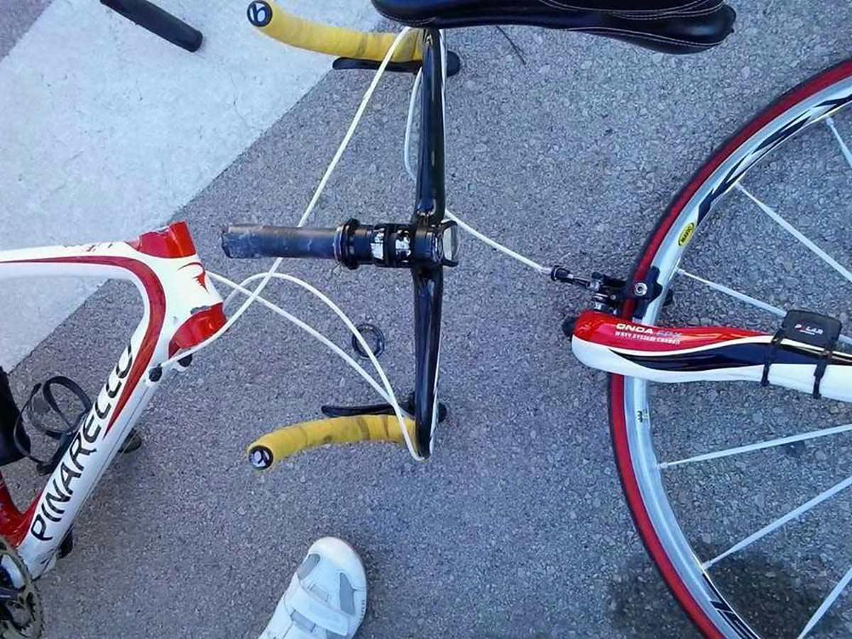 Tom Pidcock parte su bicicleta Pinarello en dos y su clavícula entrenando