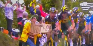 Una espectacular montonera provocada por el cartel de una espectadora ha causado que la gran mayoría de ciclistas se fuesen al suelo.