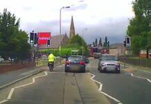 Vídeo: El pasajero de un coche intenta tirar a un ciclista sacando el cuerpo por la ventanilla