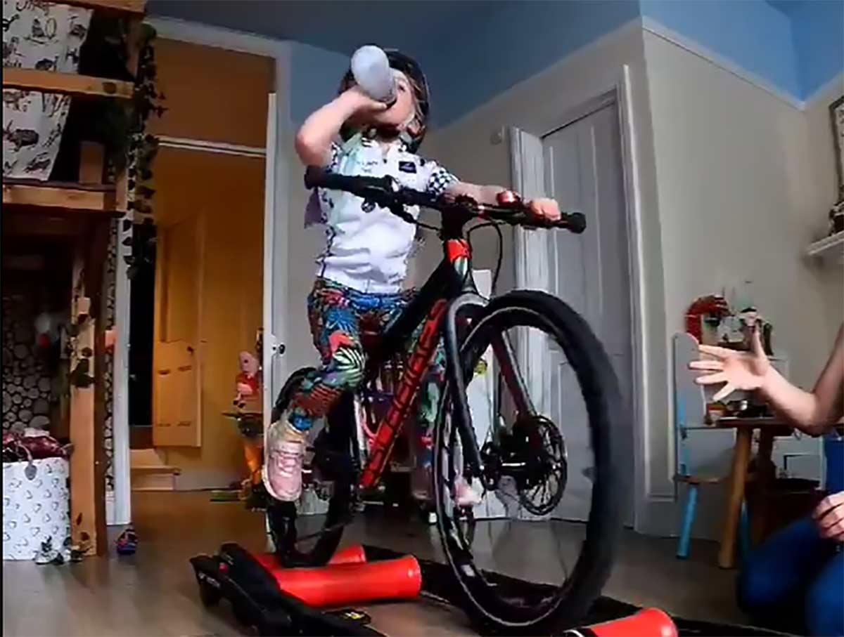 Vídeo: ¡Menudo control! Con solo 3 años, comiendo y bebiendo sobre un rodillo de entrenamiento de rulos
