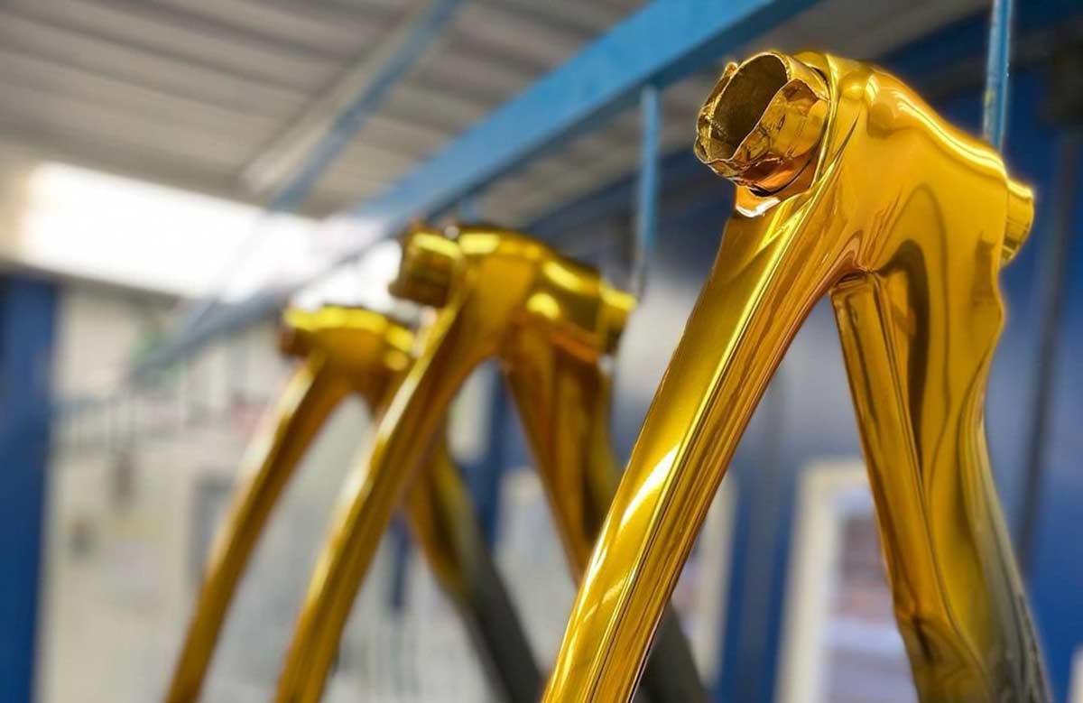 Las-bicicletas-de-oro-de-Richard-Carapaz-pinarello-f12-dorada-tokio-japon-medalla-olimpica