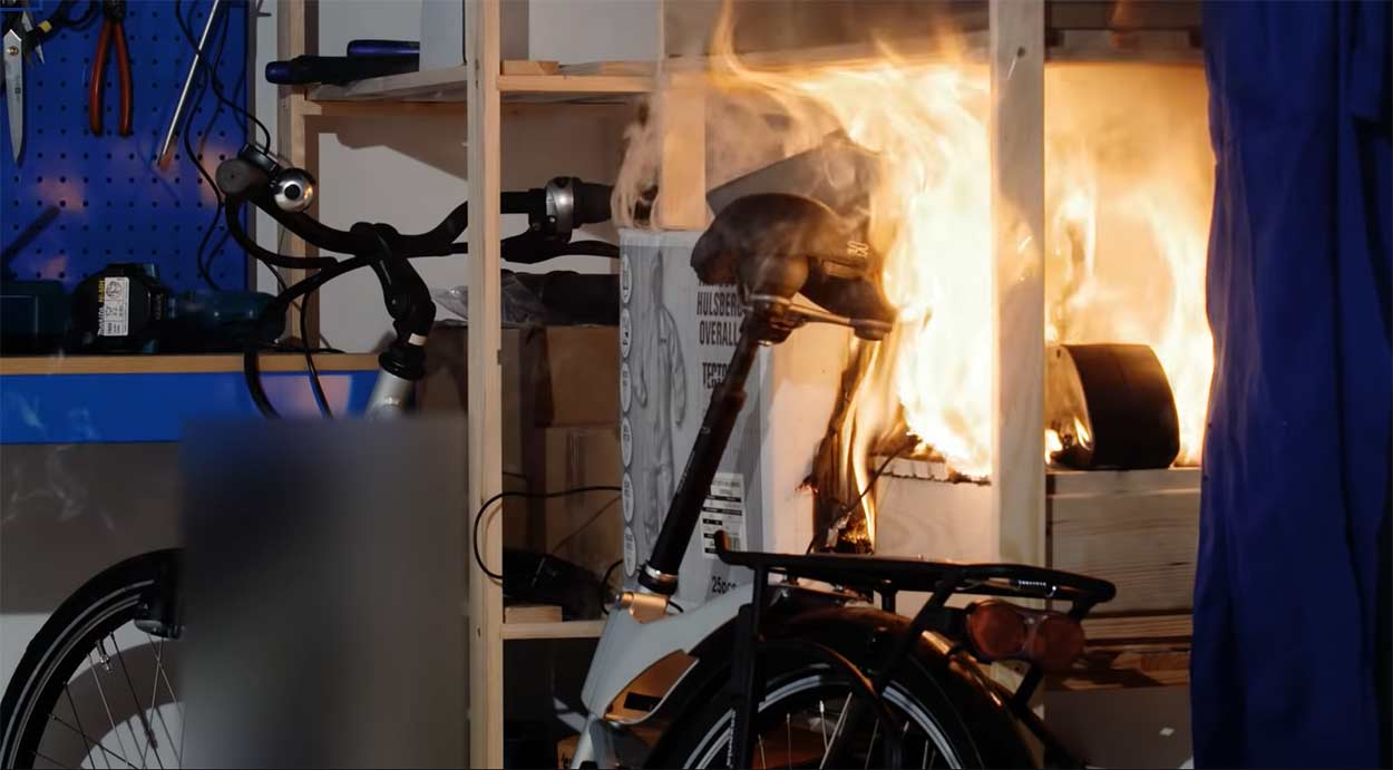 Tiene que saltar por la ventana tras incendiarse su bicicleta eléctrica en casa