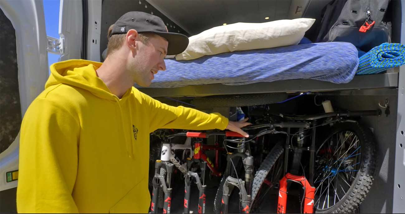 Video-Viviendo-en-una-furgoneta-con-cuatro-bicicletas.-David-Lieb-y-su-Camper-Van